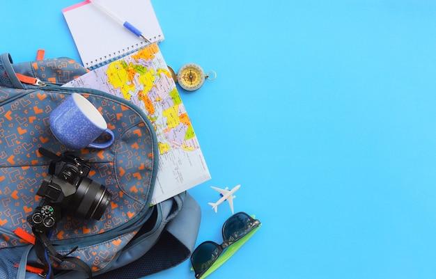 Planificación de viajes artículos de viaje de vacaciones esenciales en mochilas Foto Premium