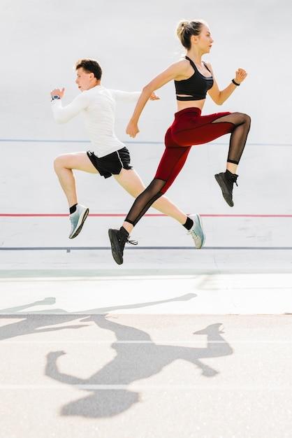 Plano completo de pareja haciendo ejercicio. Foto gratis