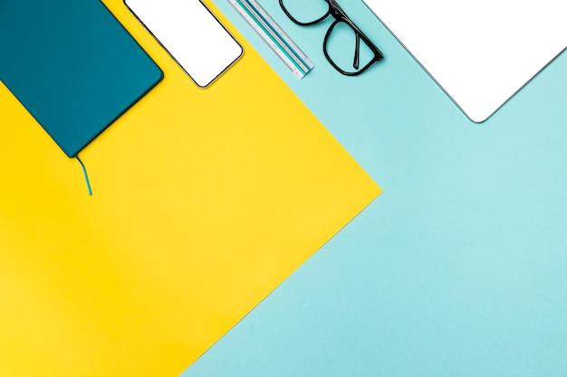 Plano concepto de escritorio con espacio de copia Foto gratis
