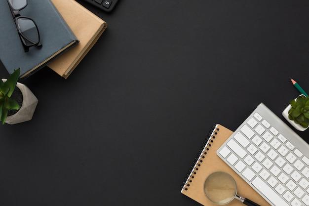 Plano de escritorio con agendas y teclado Foto gratis