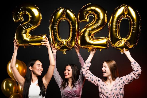 Plano medio de amigos en la fiesta de año nuevo Foto gratis