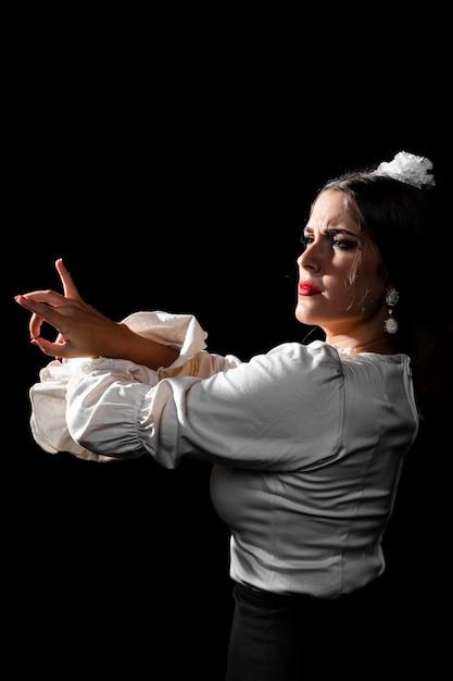 Plano medio de baile flamenca Foto gratis