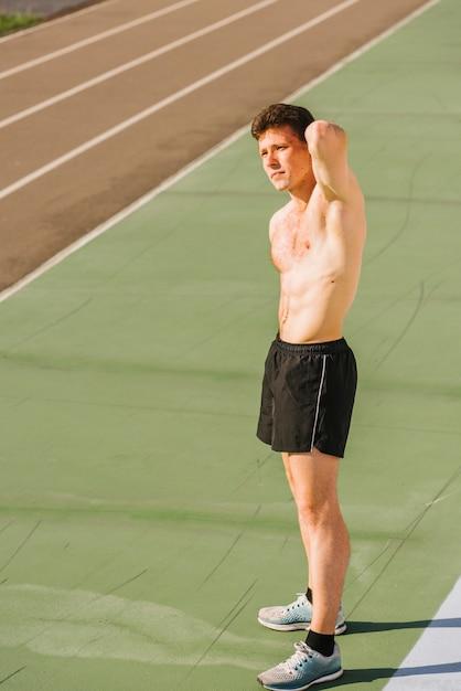 Plano medio de constructor de cuerpo sin camisa Foto gratis