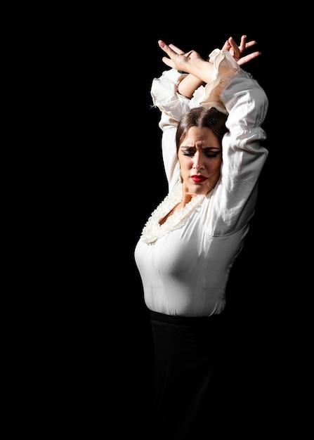 Plano medio de flamenca bailando con las manos en el aire Foto gratis
