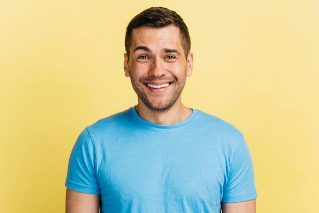 Plano medio hombre feliz sonriendo Foto gratis