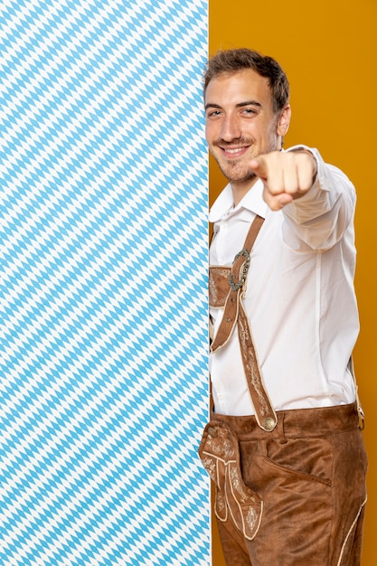 Plano medio del hombre con panel estampado Foto gratis
