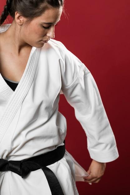 Plano medio de una mujer luchadora arreglando su kimono Foto gratis