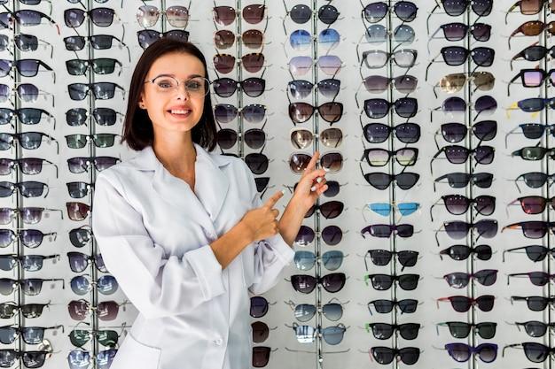 Plano medio de mujer con pantalla de gafas de sol Foto gratis