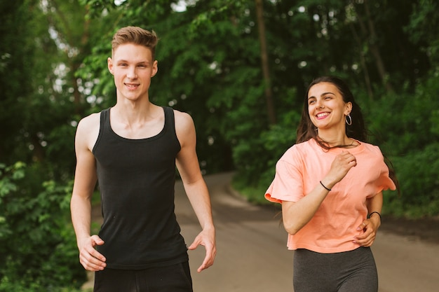 Plano medio niño y niña corriendo juntos Foto gratis