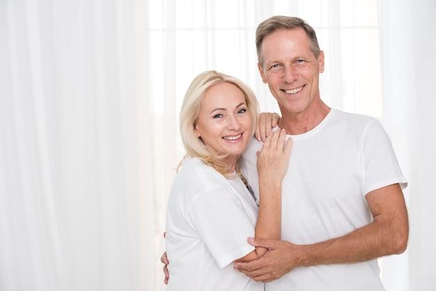 Plano medio pareja posando juntos Foto gratis