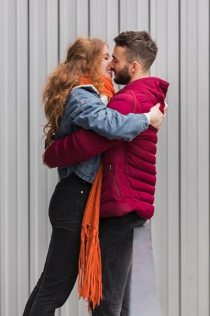 Plano medio de pareja romántica abrazando Foto gratis
