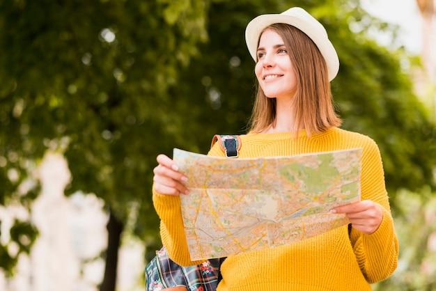 Plano medio del sonriente viajero solitario. Foto gratis
