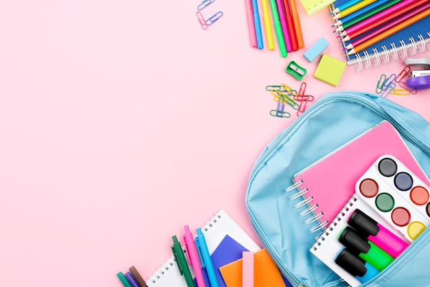 Plano de papelería de regreso a la escuela con mochila y espacio de copia Foto gratis