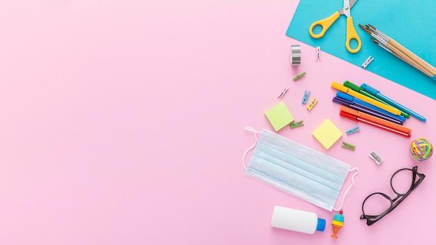 Plano de suministros de regreso a la escuela con gafas y lápices Foto Premium
