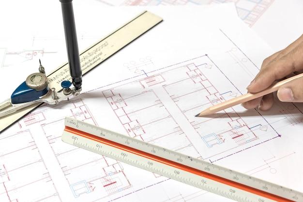 Planos arquitectónicos proyecto dibujo y planos rollos con eq Foto gratis
