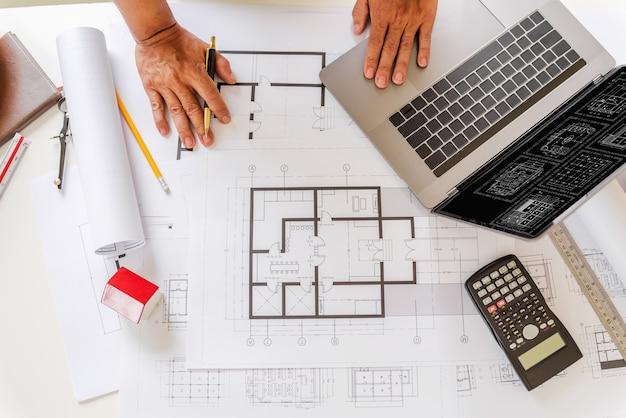 Planos de diseñador e ingenieros trabajando en la oficina de arquitectos. Foto Premium