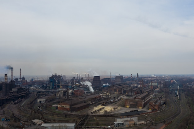 Planta contaminante tomada desde arriba con un drone Foto Premium