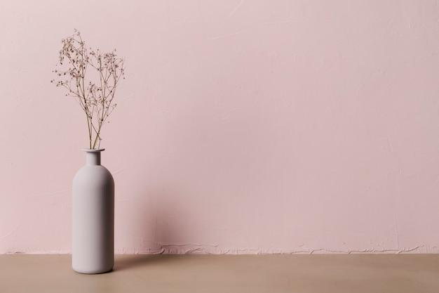 Planta decorativa dentro de jarrón minimalista Foto gratis