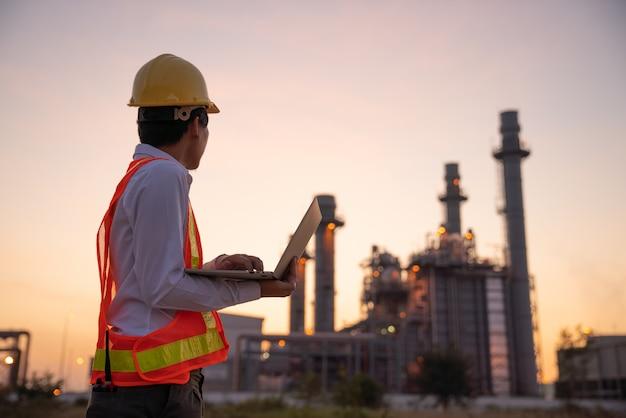 Planta de refinería de petróleo al amanecer Foto Premium