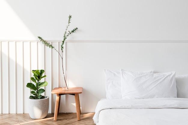 Plantas de interior por un colchón en el suelo. Foto gratis