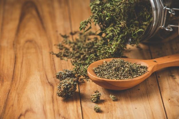 Plantas de marihuana legalmente plantadas en suelos de madera. Foto gratis