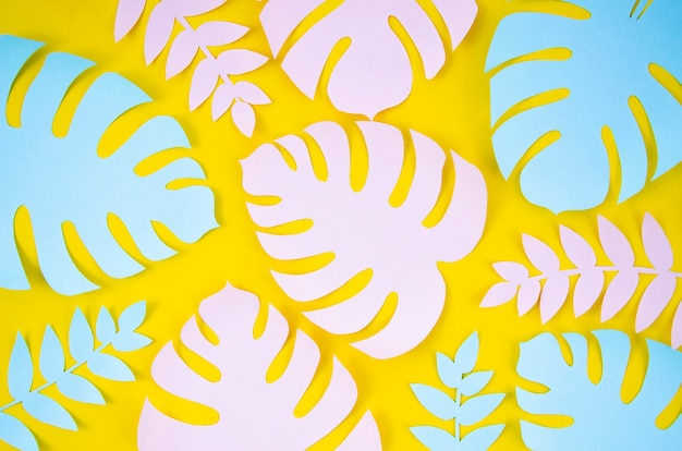 Plantas tropicales en el estilo de papel cortado sobre fondo amarillo Foto gratis