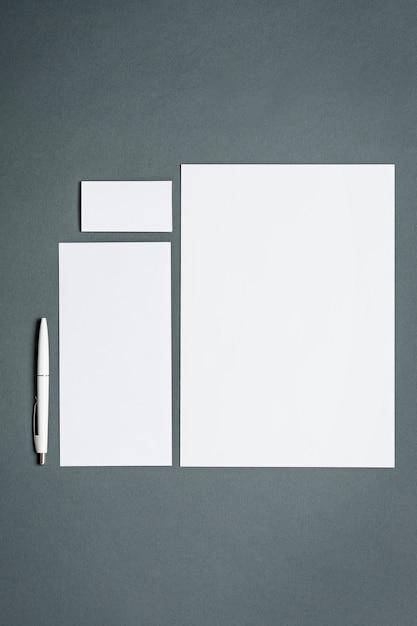 Plantilla de negocios con tarjetas, papeles, bolígrafo. espacio gris. Foto gratis