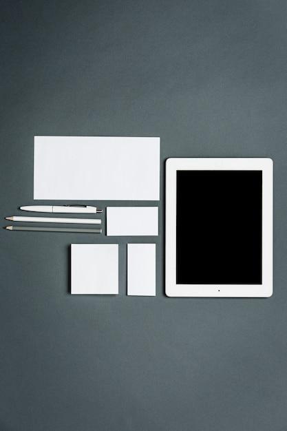 Plantilla de negocios con tarjetas, papeles, tabletas. espacio gris. Foto gratis