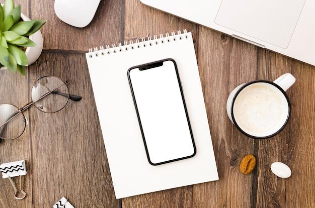 Plantilla de smartphone en vista superior encima de espacio de trabajo Foto gratis