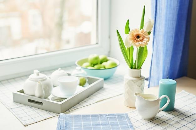 Plantilla de tarjeta de primavera. feliz cumpleaños o san valentín dia de la mujer. tarjeta de felicitación para el día de la madre. enhorabuena con flores. tarjeta de flores copia espacio invitación de boda té con flores y dulces Foto Premium