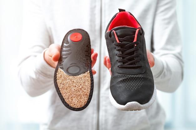 Plantillas ortopédicas para calzado deportivo. tratamiento y prevención de las enfermedades del pie plano y ortopédico. cuidado de los pies, comodidad de los pies. cuidado de la salud, usar zapatos cómodos Foto Premium