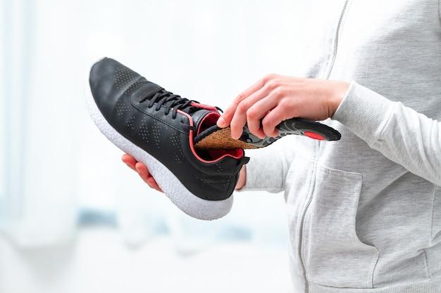 Plantillas ortopédicas para calzado deportivo. tratamiento y prevención de pie plano y enfermedades del pie ortopédico. cuidado de los pies, comodidad de los pies. cuidado de la salud, usar zapatos cómodos Foto Premium