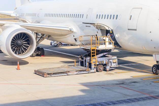 Plataforma de carga de flete aéreo a la aeronave. Foto Premium
