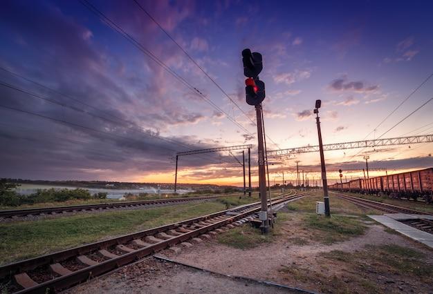 Plataforma del tren de carga al atardecer. ferrocarril en ucrania. estación de ferrocarril Foto Premium