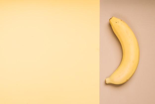 Plátano fresco en mesa brillante Foto gratis