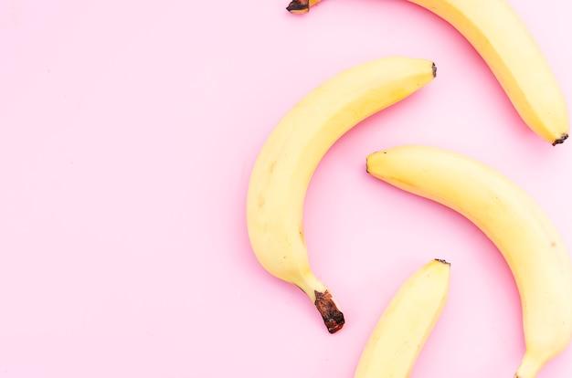 Plátanos maduros esparcidos sobre la mesa Foto gratis