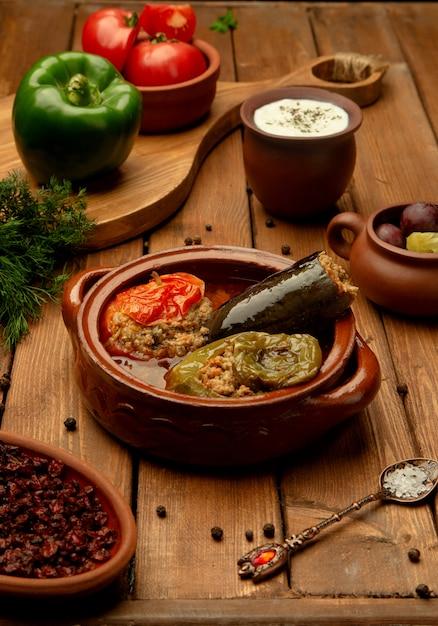 Plato azerbaiyano tres hermanas dolma con berenjena rellena, pimiento y tomate Foto gratis