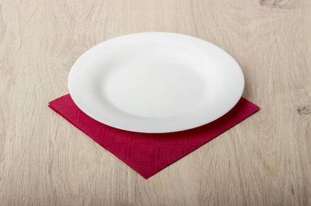 Plato blanco vacío en mesa de madera Foto Premium