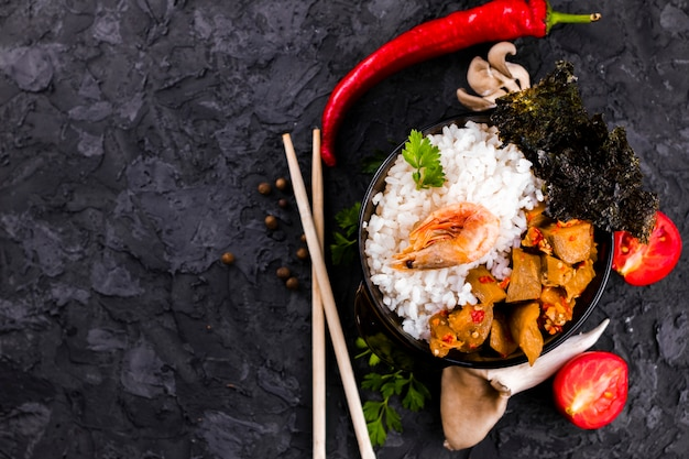 Plato de camarones y arroz con espacio de copia Foto gratis