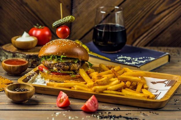 Plato de comida rápida con hamburguesas y papas fritas Foto gratis