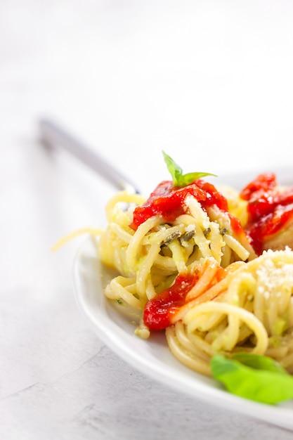 Plato de espaguetis con tomates naturales y queso for Plato de espaguetis