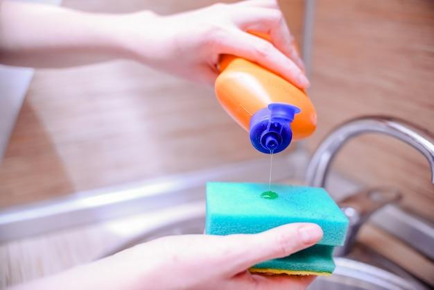 Plato de esponja con jabón para lavar platos. concepto de limpieza de la casa. Foto Premium