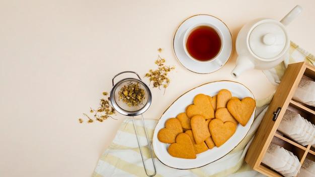 Plato de galletas en el fondo plano Foto gratis