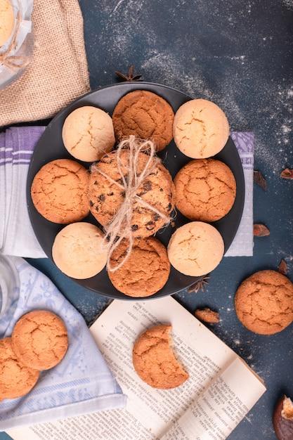 Plato de galletas y libro Foto gratis