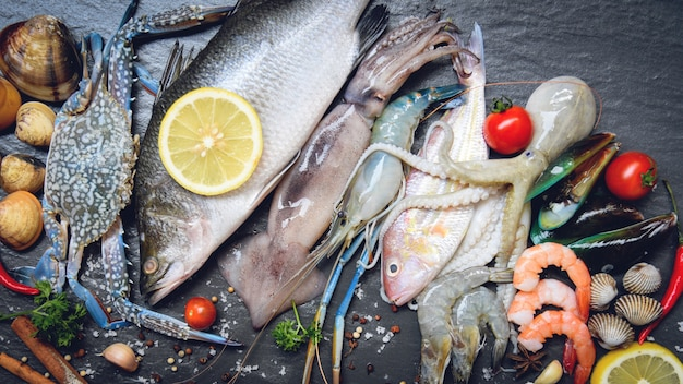 Plato de mariscos con mariscos camarones camarones cangrejo conchas berberechos mejillón calamar pulpo y pescado Foto Premium