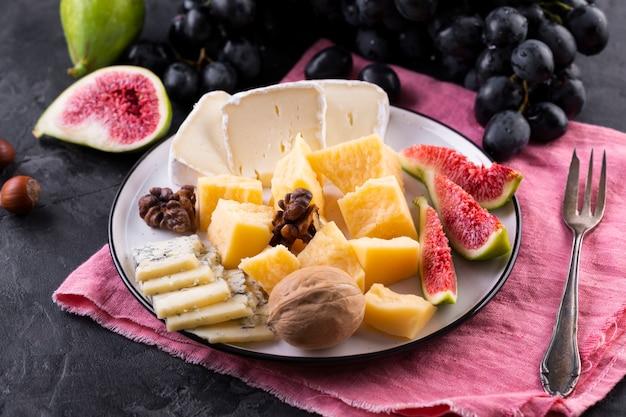 Plato de mezcla de queso con frutas Foto gratis