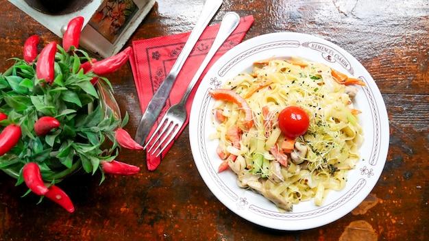 Plato de pasta en una mesa de restaurante Foto gratis