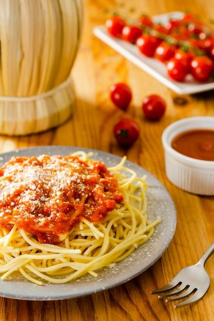 Plato de pasta con salsa y tenedor Foto gratis