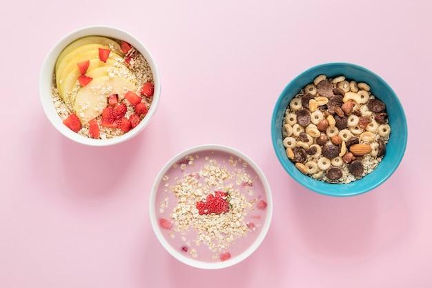 Plato plano con cereales y frutas. Foto gratis