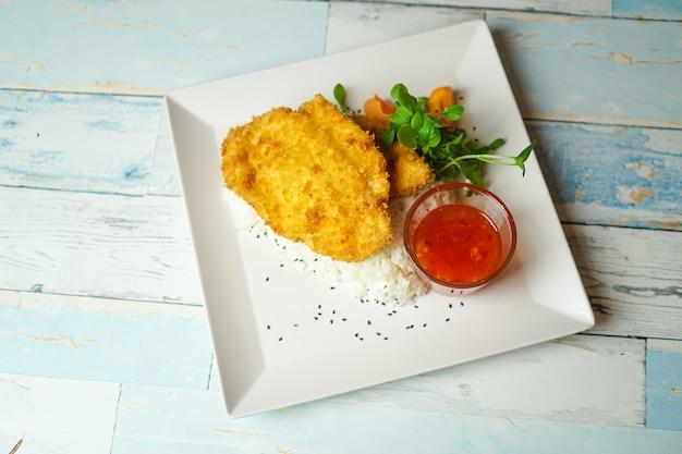 Plato de pollo en una mesa de restaurante Foto gratis